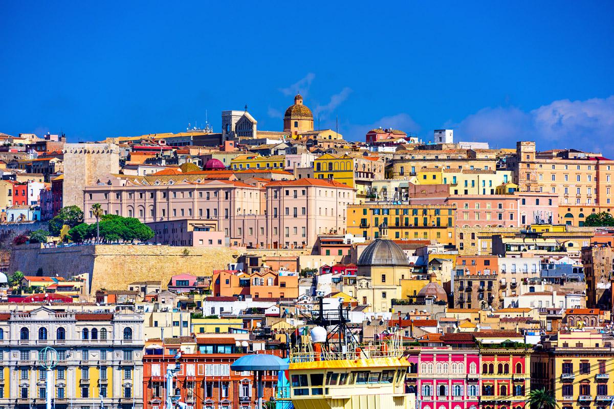 Cagliari je hlavní město Sardinie. Do kontrastu se zde dostává historie a ruch moderního velkoměsta.