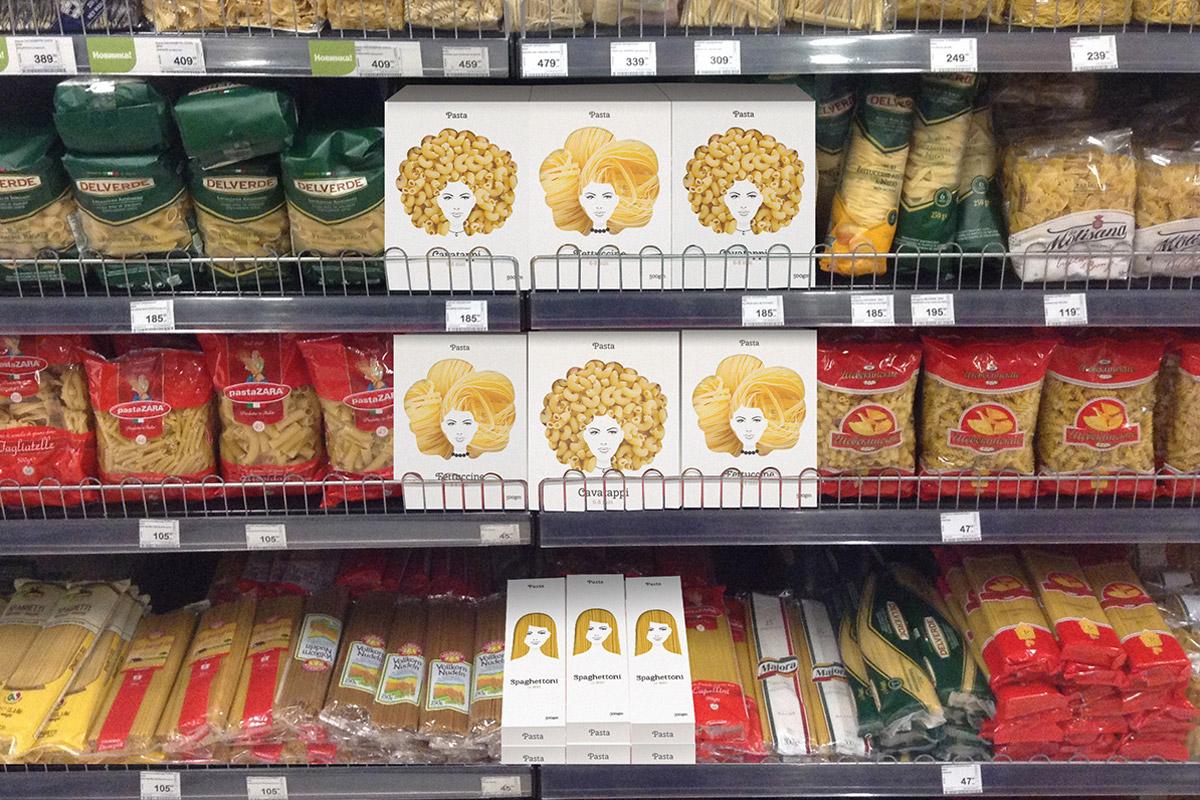 Obaly na těstoviny s účesy z těstovin jsou nepřehlédnutelné i v regálech s dalšími těstovinami. (Design: Nikita Konkin.)