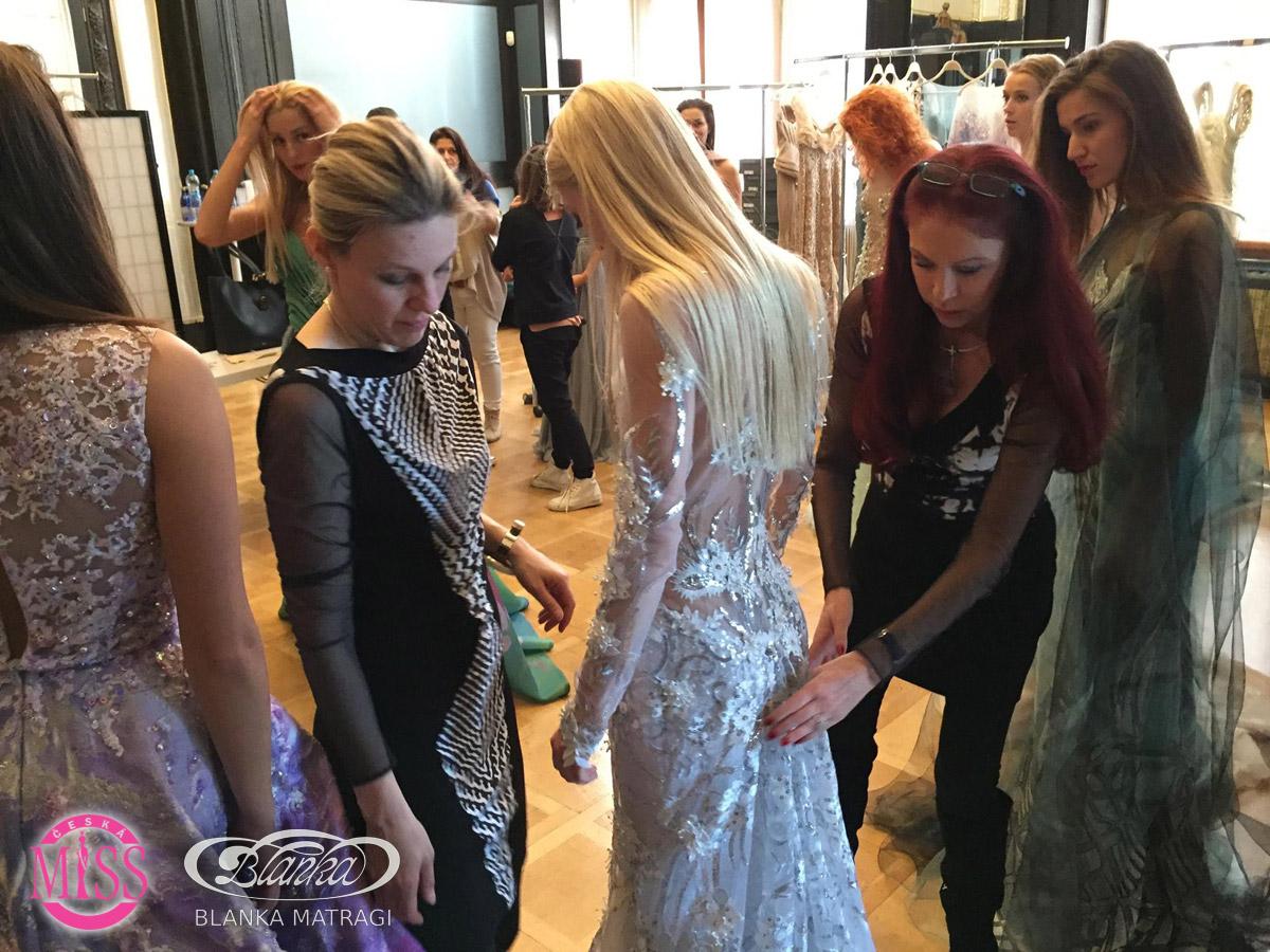Nová Česká Miss 2016, která nakonec v soutěží zvítězí, i ostatní kandidátky, si o slavnostním večeru oblečou šaty Blanky Matragi.