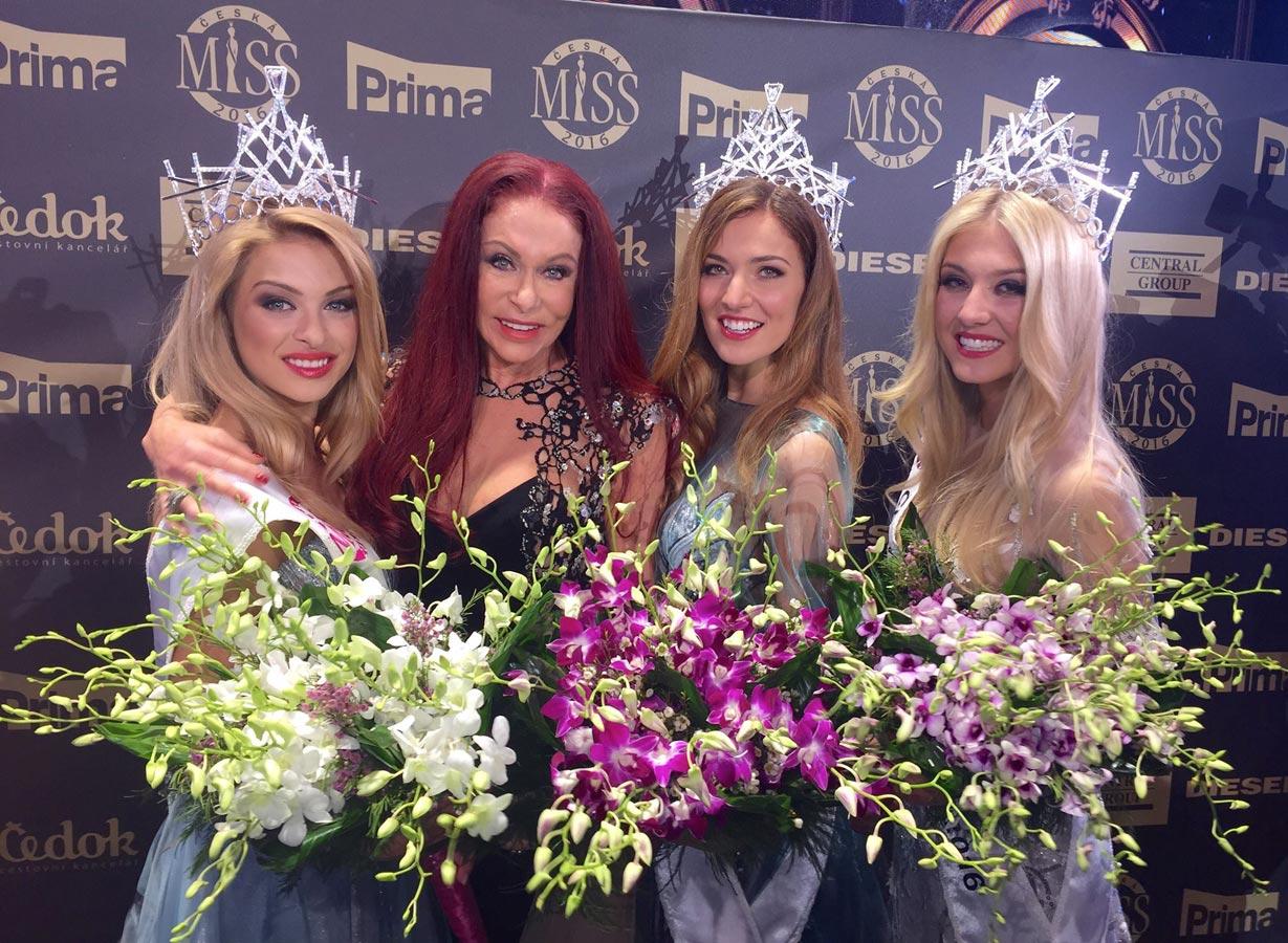 Módní návrhářka Blanka Matragi společně s třemi vítězkami Česká Miss 2016