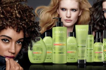 """Renovovaná řada vlasové kosmetiky Curvaceous vybízí k odhození žehličky na vlasy a přímo říká: """"Pryč s rovnými vlasy, milujte své kudrny!"""" Jde o profesionální systém produktů na míru, který je určen pro všechny tipy kudrnatých vlasů – vlny, kudrny i spirálovité kudrlinky."""