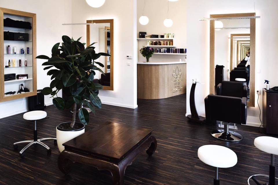 Interiér karlínského salonu DéOR navrhla Petra Belicové (Studio Archiholik). O realizaci se postarali RCF-Správa realit, Interiéry Lapka a CORA.