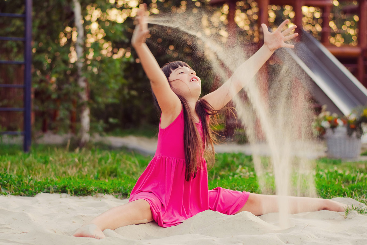 Trávit čas na hřišti děti milují. Baví je pískoviště i prolézačky.