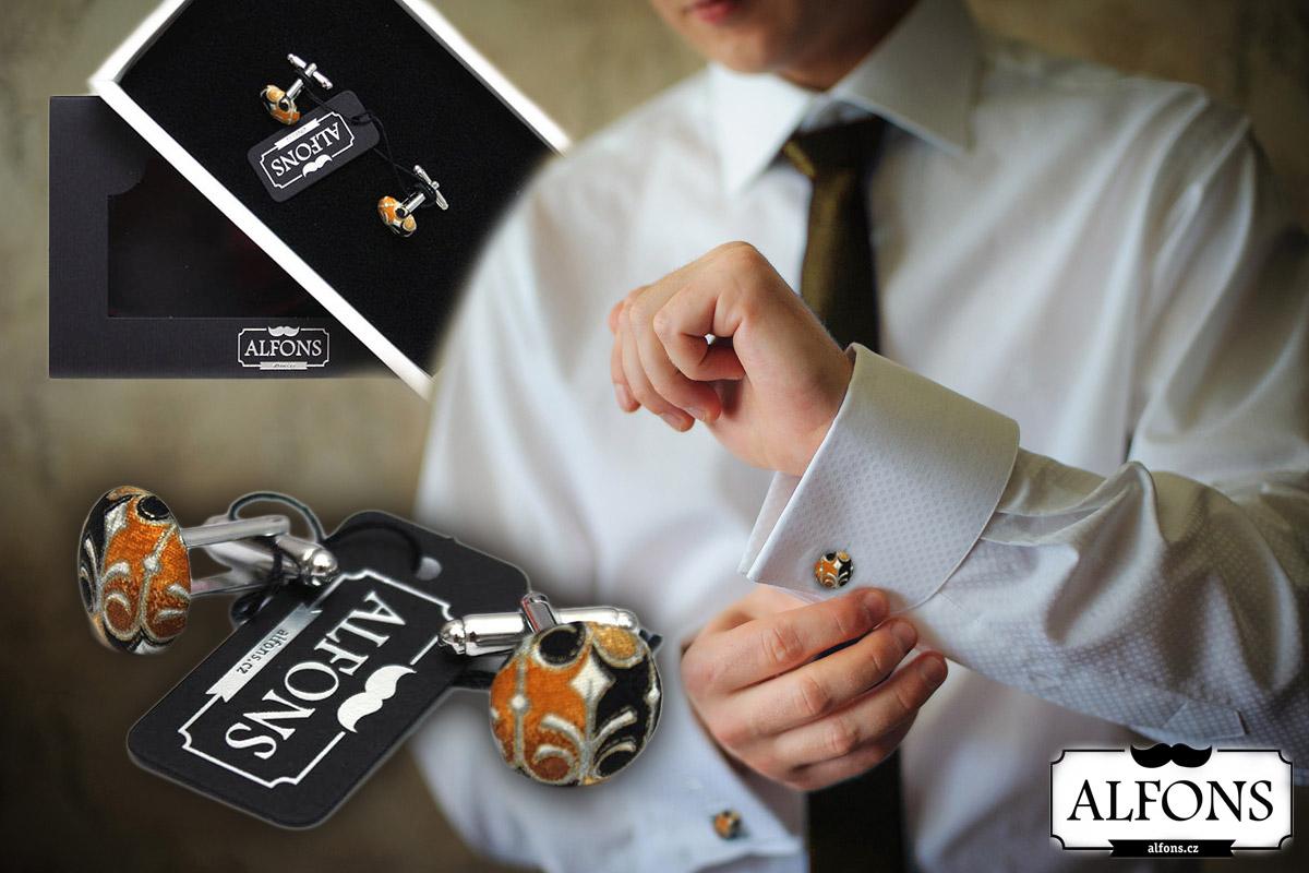 Nezapomněli jste na manžetové knoflíčky? Pro dandyho jsou základním pánským šperkem. (Pánské manžetové knoflíčky koupíte v e-shopu Alfons.cz.)