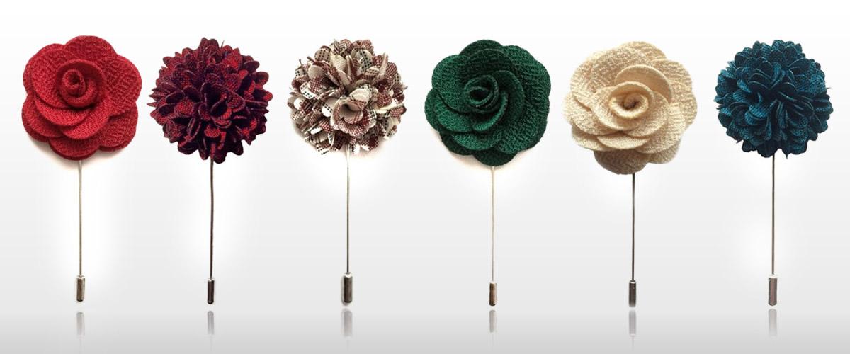 Vrcholem noblesy okořeněné špetkou odvahy je květinová ozdoba do klopy saka. (Ozdoby do klopy koupíte v e-shopu Alfons.cz.)