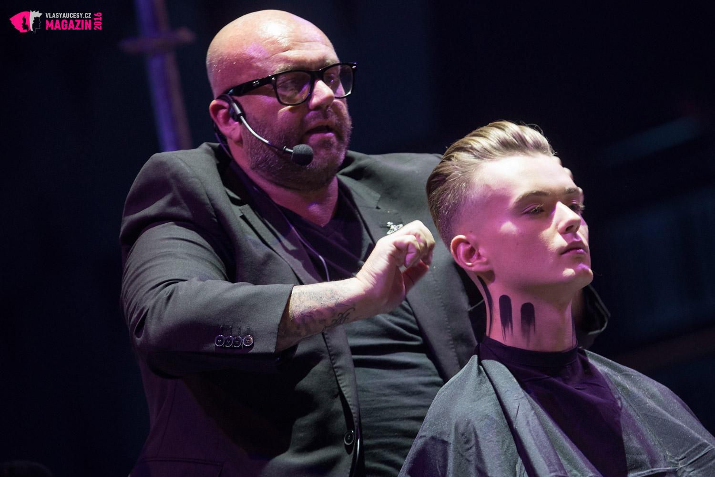 Živelný Simon Shaw ukázal svou show, kde se svým vlasovým strojkemposouvá hranice designu a stříhání vlasů nanovou úroveň.