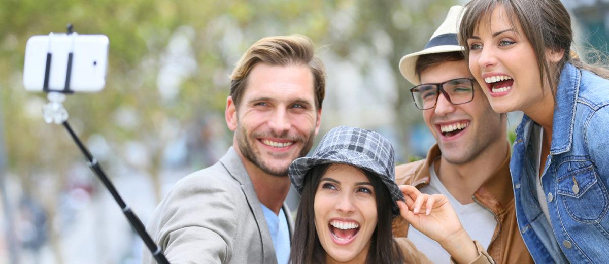 Vybíráte si selfie tyč pro sebe případně pro někoho jako dárek? Poradíme vám, na co se zaměřit při jejím výběru. Hezká barva rozhodně nestačí!