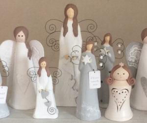 Postava anděla z kvalitní keramiky dokáže být nádhernou a současně symbolickou ozdobou vašeho interiéru, ale i hezkým, třeba vánočním dárkem.