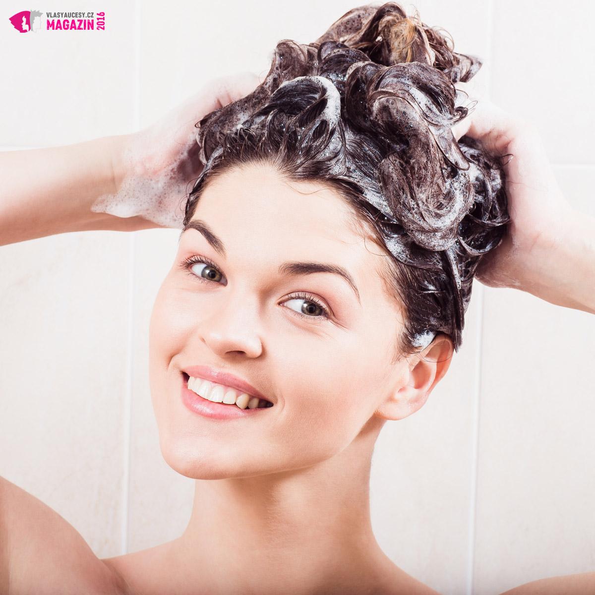 Pokud máte akné ve vlasech tak šampon na vlasy používejte denně. Snížíte množství mastnoty ve vlasech a zároveň i pravděpodobnost vzniku akné na vlasové pokožce.